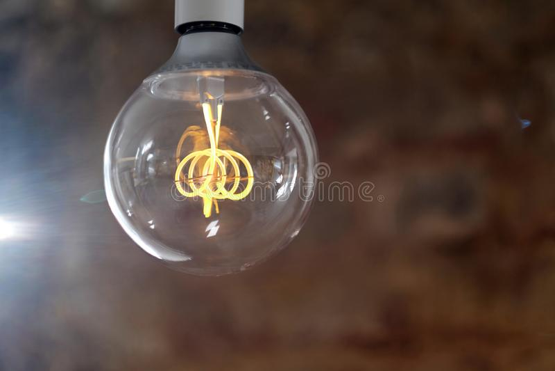Lampe moderne de LED avec une ampoule en verre en forme de boule photos stock