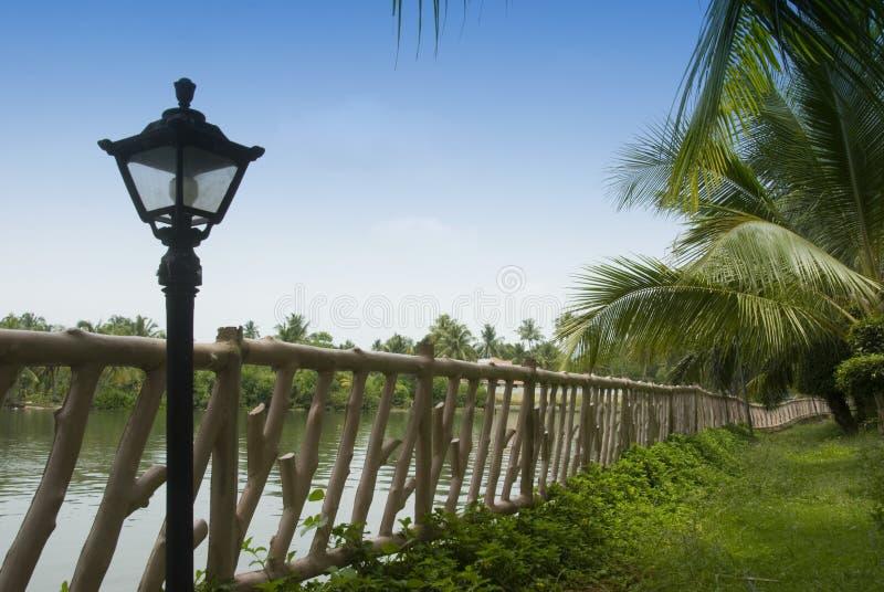 Lampe nahe einem Zaun stockbild