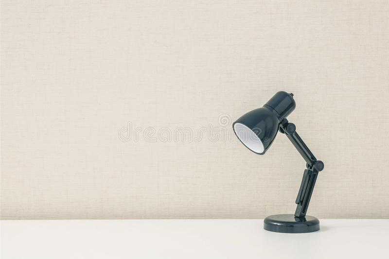 Lampe noire de plan rapproché la petite sur le mur en bois blanc