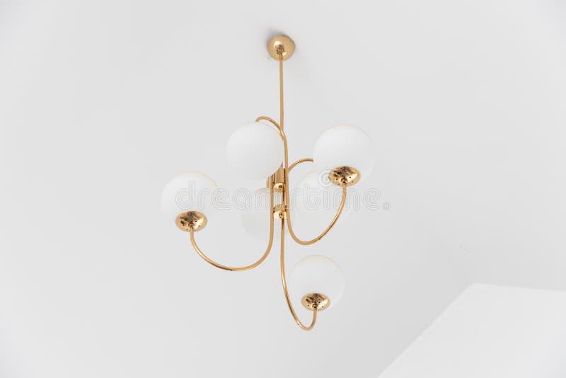 Lampe ou lustre électrique de sphère pendant du plafond avec le copyspace image stock
