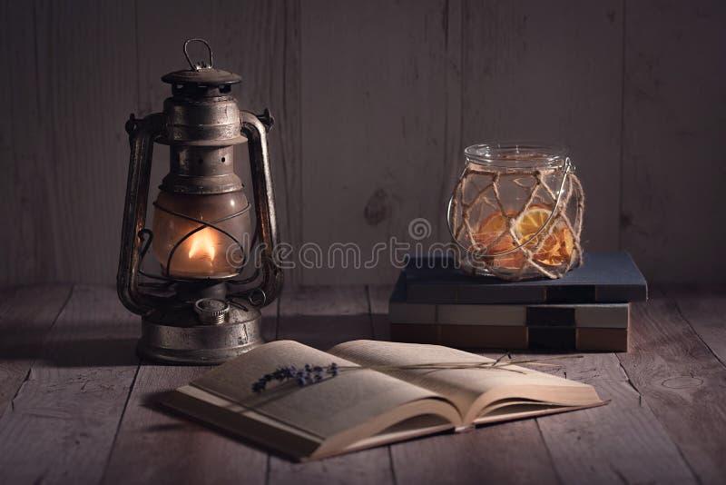 Lampe ouverte et brûlante de vieux, antique livre de kérosène images stock