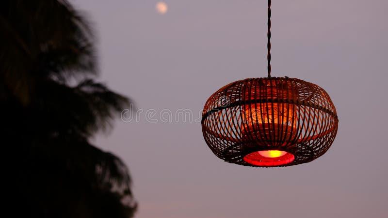 Lampe pendante de Brown pendant la nuit images libres de droits
