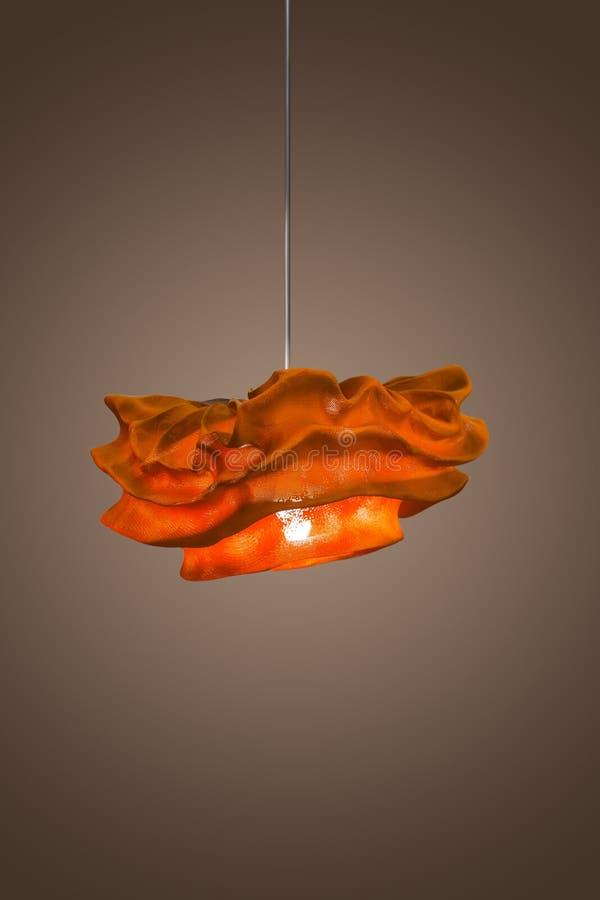 Lampe pendante rouge de tissu, lustre léger, style scandinave isolat photo stock