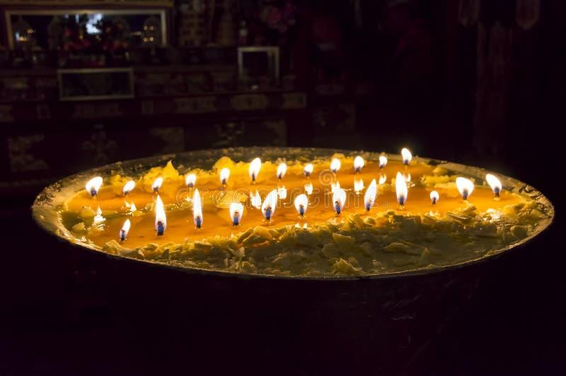 Lampe rituelle de beurre dans le monastère de Samye - Thibet photos stock