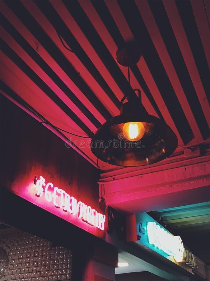 Lampe Ronde Brun Pendant Au Plafond Rouge Activée Domaine Public Gratuitement Cc0 Image