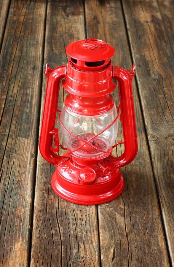 Lampe rouge de vintage sur la table en bois. copiez l'espace. photographie stock