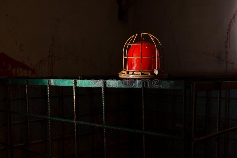Lampe rouge sur la cage de fer photo stock