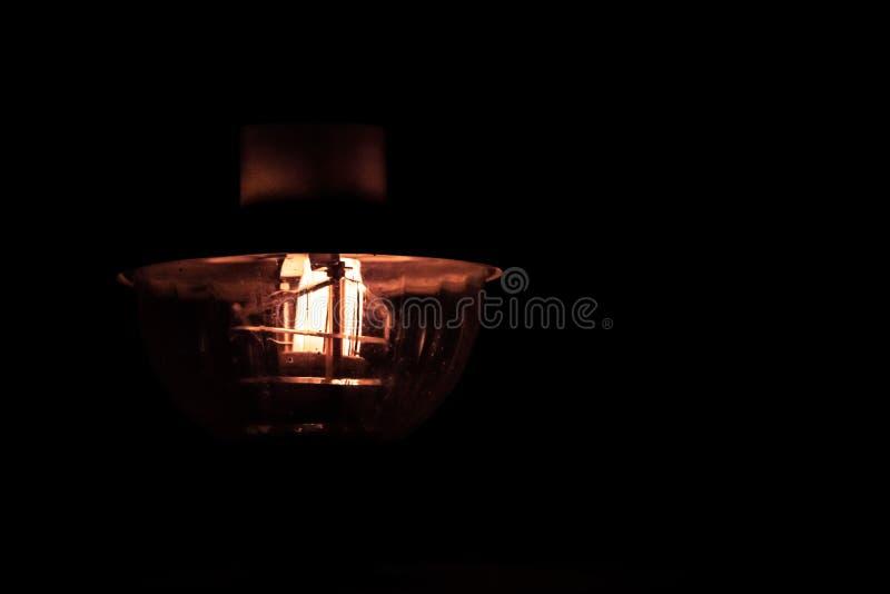 Lampe rougeoyant dans l'obscurité images stock