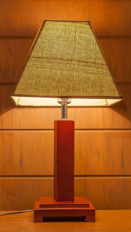 Lampe Shinning sur la table de chevet dans la chambre à coucher images stock