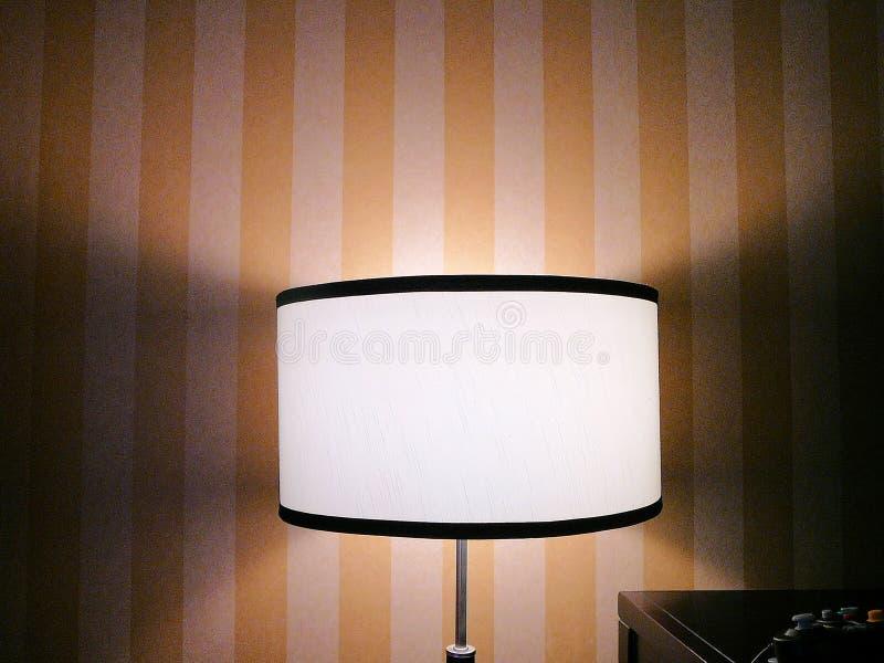 Lampe simple avec le papier peint rayé photographie stock libre de droits