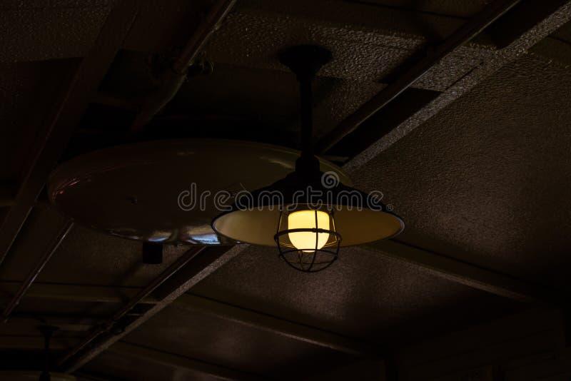Lampe sur la ligne romantique train de torokko de Sagano photographie stock libre de droits