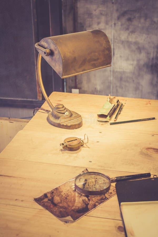 Lampe sur le bureau de l'archéologue image libre de droits