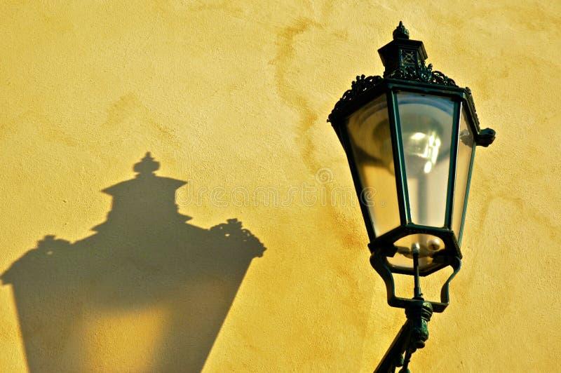 Lampe sur le mur jaune photo stock