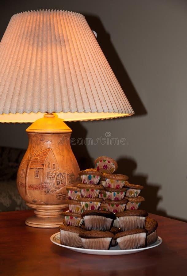 lampe sur les petits pains en bois de table photos stock