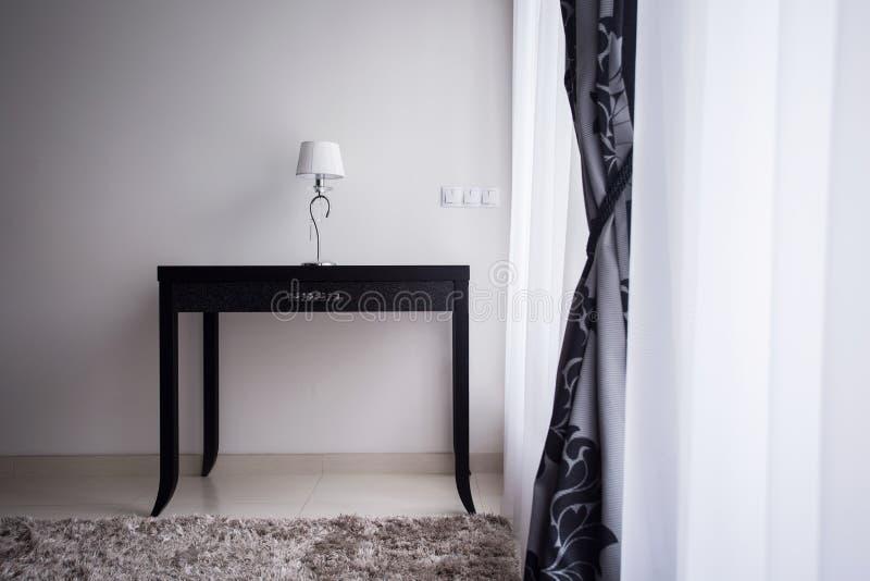 Lampe sur une table décorative image libre de droits