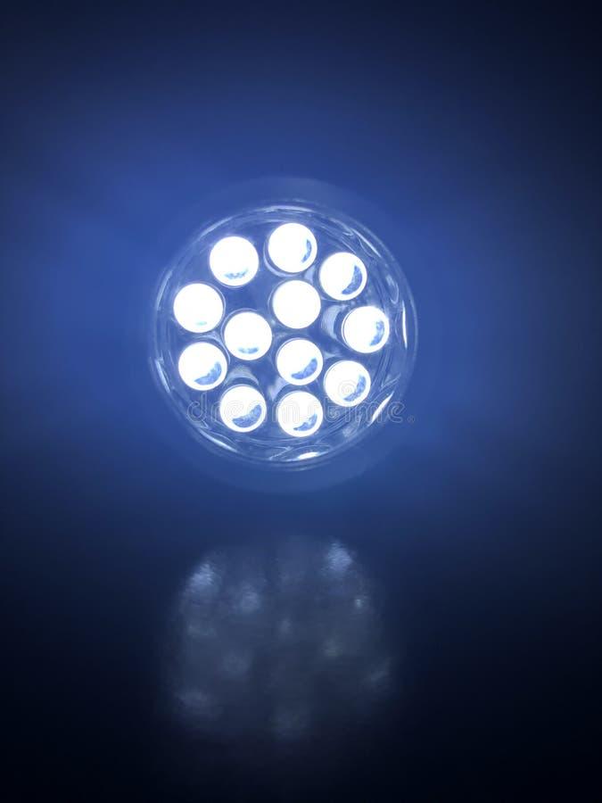 Lampe-torche dans l'obscurité photos libres de droits