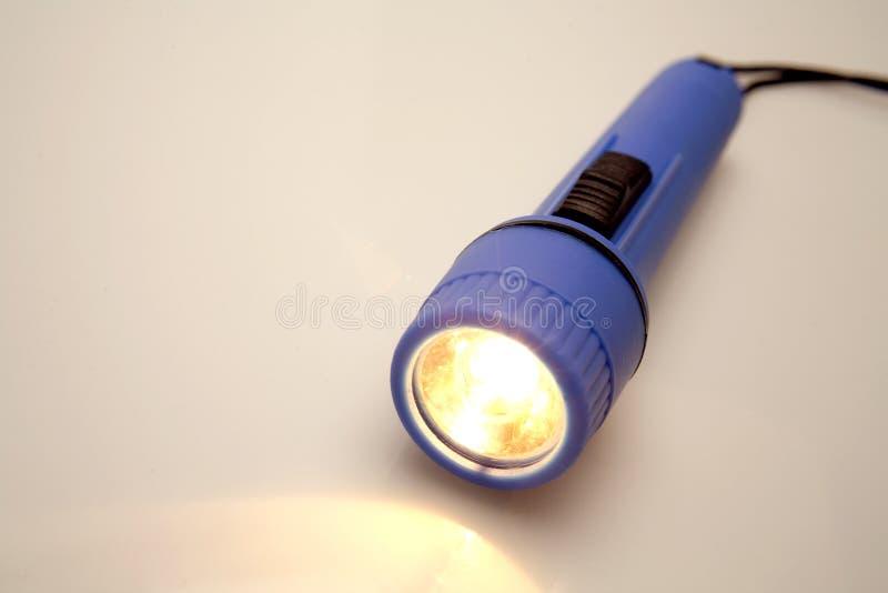 Lampe-torche en plastique bleue photos stock