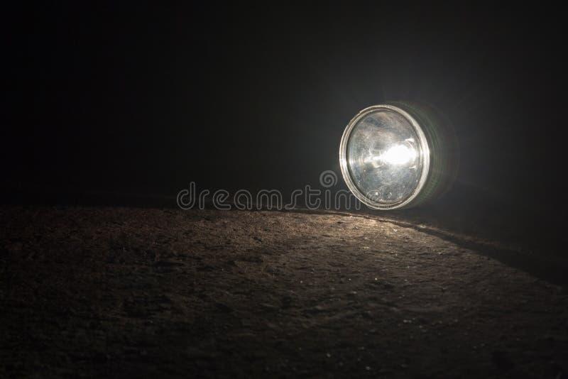 Lampe-torche sur la route photo stock
