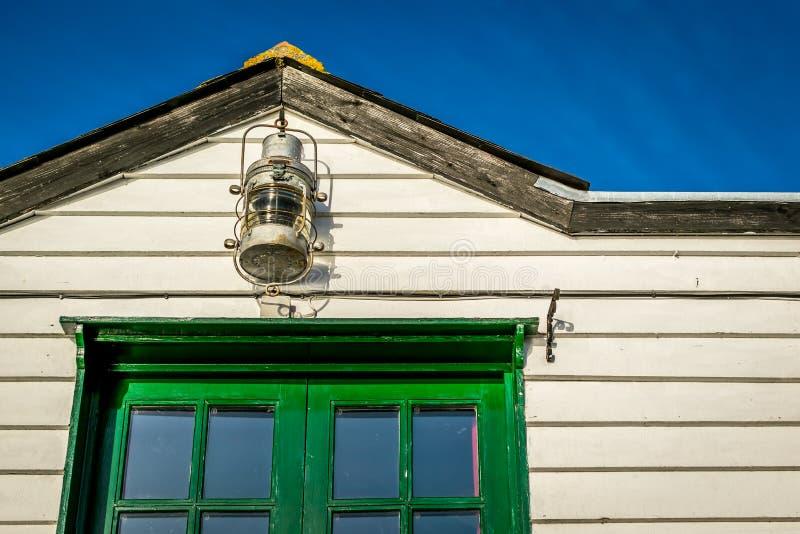 Lampe und hölzernes Gebäude stockbilder