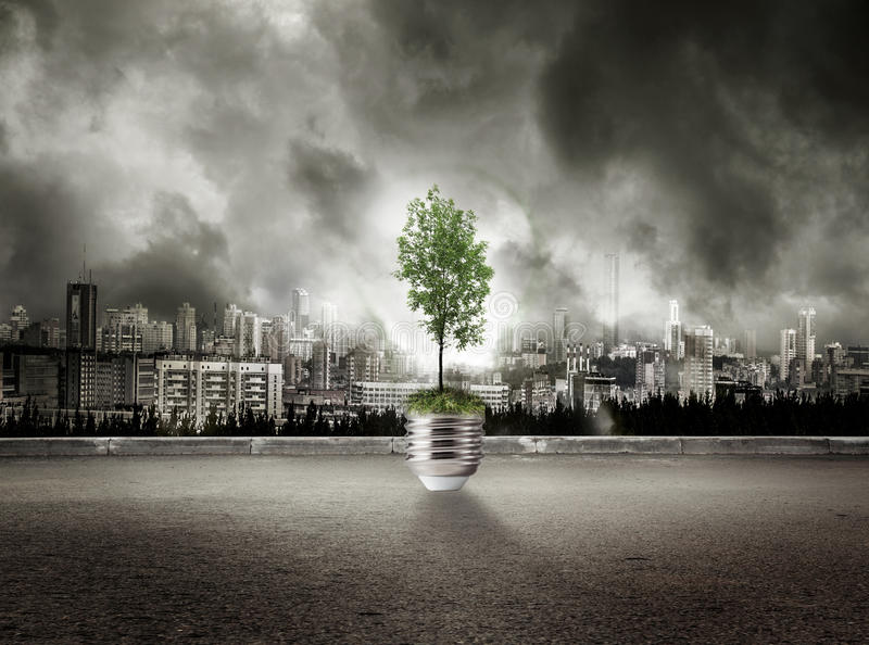 Download Lampe Verte D'arbre Sur La Vue De La Ville En Ciel Orageux Photo stock - Image du ciel, haut: 76076842