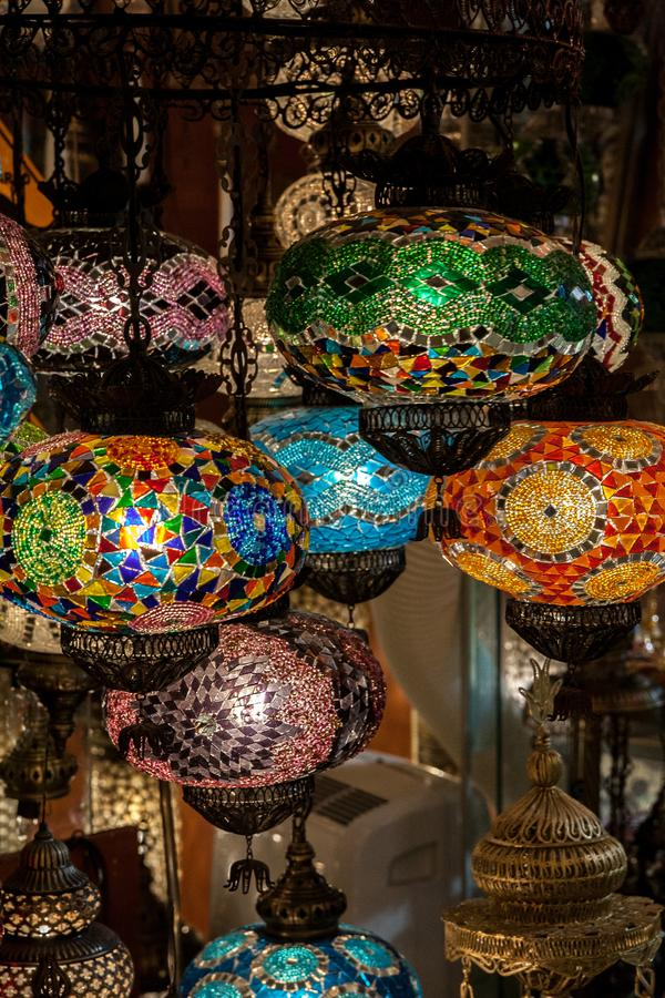 Lampen des mehrfarbigen Glasmosaiks im Straßenmarkt in Istanbul, die Türkei stockfotos