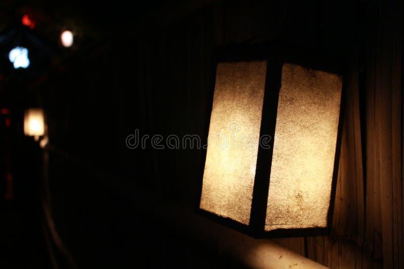 Lampen, die im Restaurant beleuchten lizenzfreie stockfotografie
