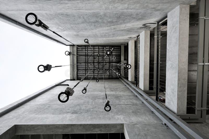 Lampen en structuren in de voorzijde van de toevlucht, zolderstijl van cement wordt gebouwd dat stock foto