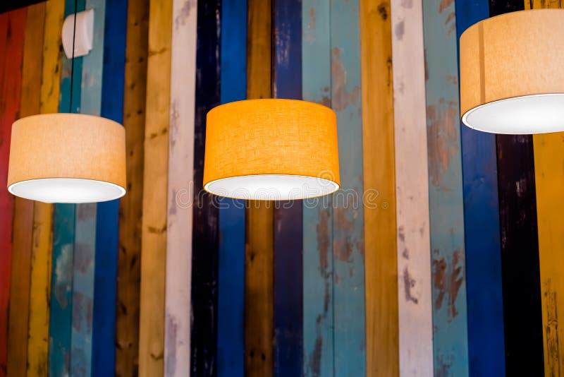 Lampen-Kreis-Orange Verschobene Deckenleuchte modernes, Retro- hängendes Licht mit Glühlampe der Weinlese stockfotografie