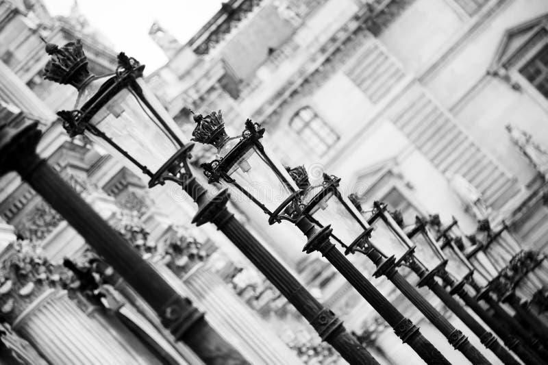 Lampen am Louvre - Paris stockbild