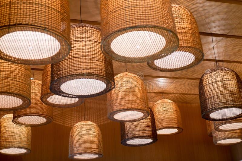 Lampenkreisorange, die an der Deckendekoration hängt lizenzfreie stockbilder