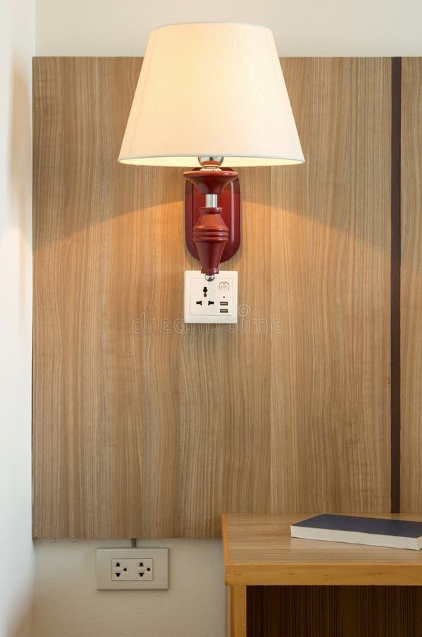Lampenlicht und Nachttisch lizenzfreie stockbilder