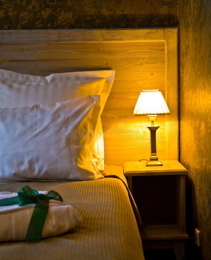 Lampenschirm durch Bett lizenzfreies stockfoto