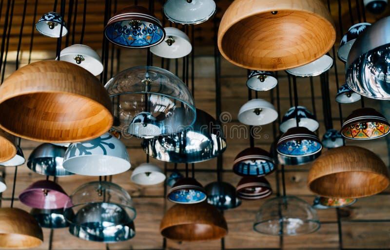 Lampes authentiques dans un café image stock