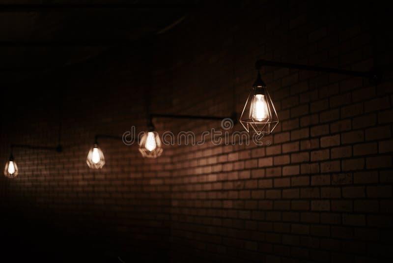 Lampes d'Edison en métal de vieille école sur le mur de briques brun photographie stock libre de droits