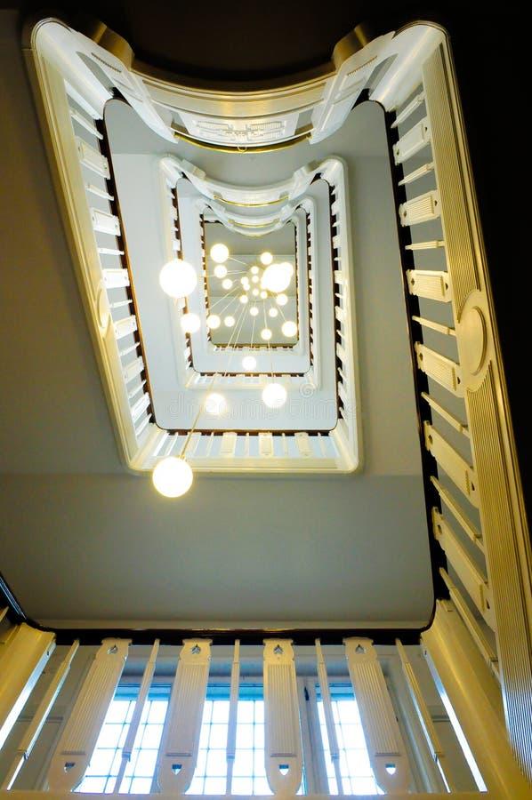Lampes d'escalier et de plafond dans la perspective photos libres de droits