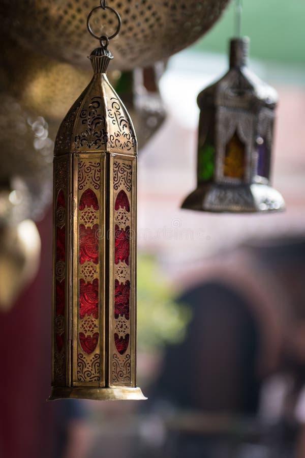 Lampes en métal d'or et d'argent pendant d'une boutique dans un souk de Marrakech photographie stock libre de droits
