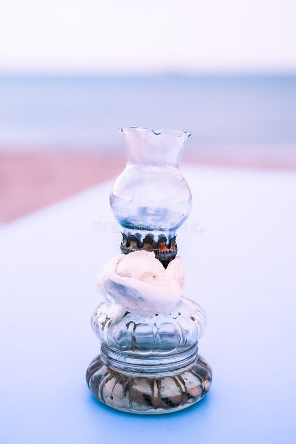 Lampes en verre de vieille huile avec la serviette de papier sur le Tableau bleu sur le Grec Bea photographie stock