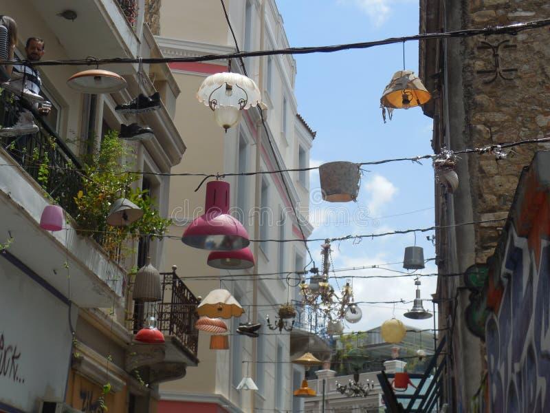 Lampes ficelées au-dessus de la rue images stock