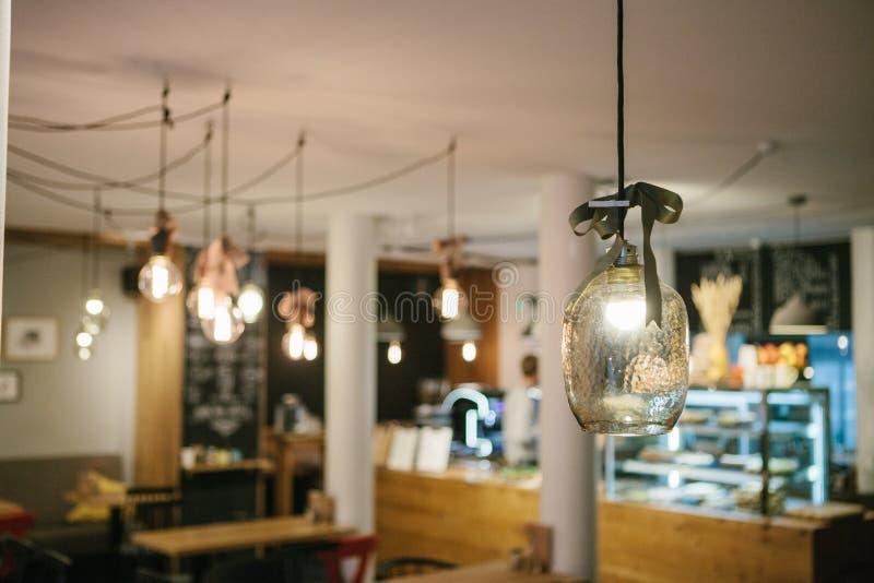 Lampes modernes décoratives dans un café Foyer sélectif photos stock