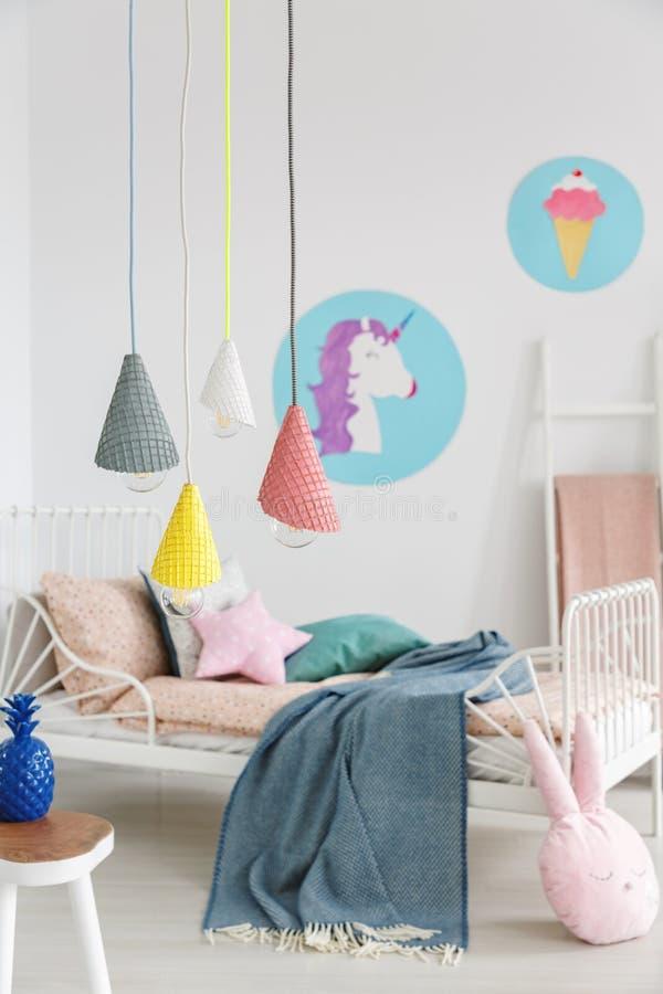 Lampes pendantes de cornets de crème glacée colorés et diy dans le premier plan images stock