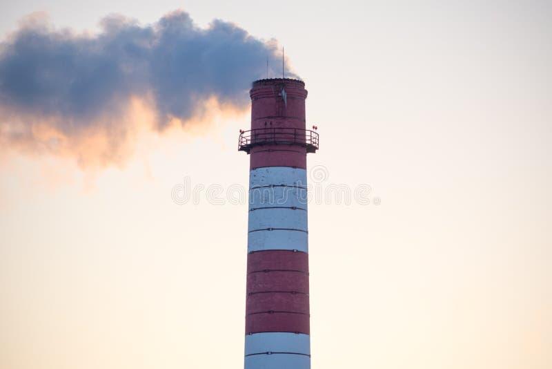 Lampglas av en fabrik med vit rök arkivfoto