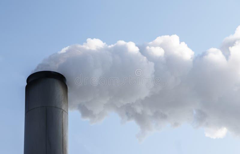 Lampglas med tjocka moln av rök eller ånga, begrepp för economi arkivfoto