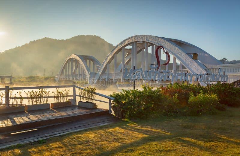 Lamphun, Таиланд-декабрь 15,2017: Мост Tha Chomphu железнодорожный или стоковые фото