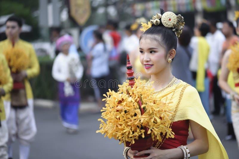 LAMPHUN, TAILANDIA - 12 DE MAYO DE 2019: La muchacha sostiene la cacerola de la flor en el festival del festival Ba?o de Phra que imagenes de archivo