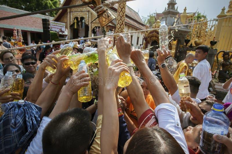 LAMPHUN, TAILANDIA - 18 MAGGIO 2019: La gente versa insieme insieme l'acqua per bagnare Phra che Chedi Hariphunchai in Lamphun, T fotografia stock