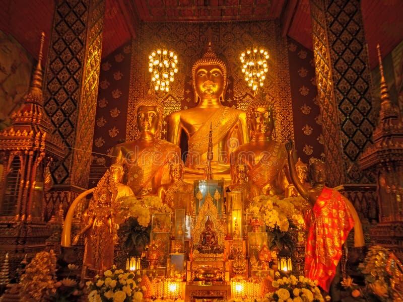 Lamphun, Tailandia - 20 maggio 2018: Statue dorate di Buddha dentro il santuario buddista del tempio di Wat Phra That Hariphuncha immagini stock