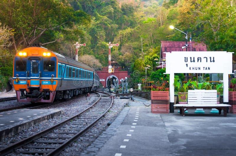 LAMPHUN, TAILANDIA - Viaje del 12 de febrero de 2017 con el túnel ferroviario más largo de la estación de trenes de Khuntan, pu fotografía de archivo libre de regalías