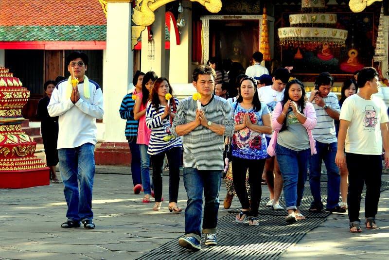 Lamphun, Thaïlande : Thais dévot au temple images libres de droits