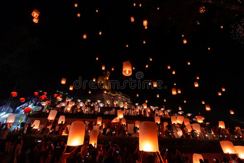 "Lamphun, Thailand †""November22, 2018: Loy krathong festival met Hemellantaarns royalty-vrije stock afbeeldingen"
