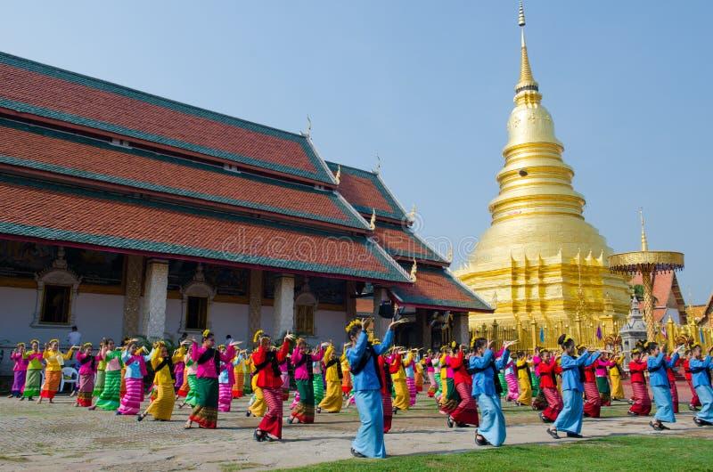 LAMPHUN THAILAND, Februari 19, 2016: Barnet är den thailändska dansen för showen arkivbild